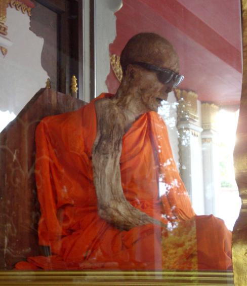 Os restos mumificados de Luang Pho Daeng, um monge budista tailandês que morreu enquanto meditava durante meados dos anos 80.
