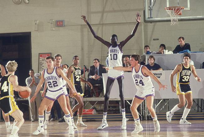Manute Bol jogando no seu time de basquete, em 1984