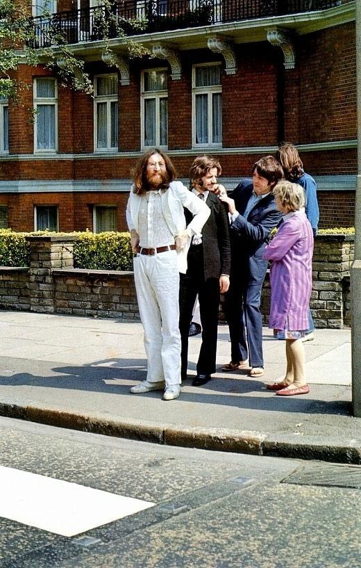 Os Beatles se preparando para atravessar a Abbey Road, antes da lendária foto