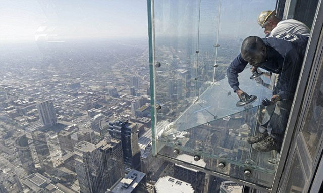 a_glass_viewing_platform_is_scary_enough_without_this_happening_640_09