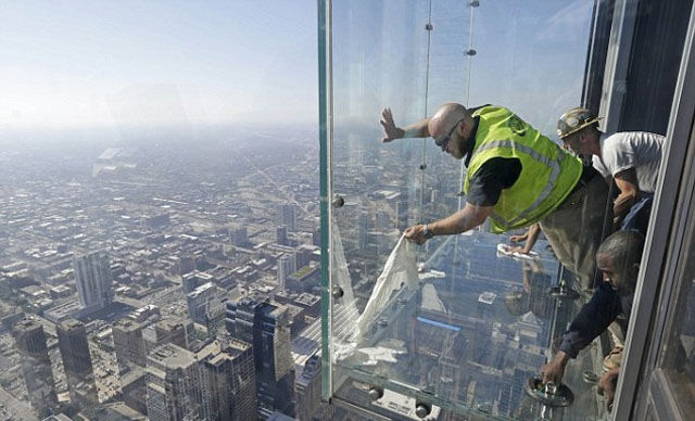 a_glass_viewing_platform_is_scary_enough_without_this_happening_640_10
