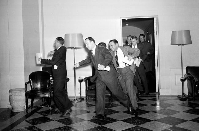 Repórteres na Casa Branca correndo para noticiarem o bombardeio em Pearl Harbor, em 7 de dezembro de 1941