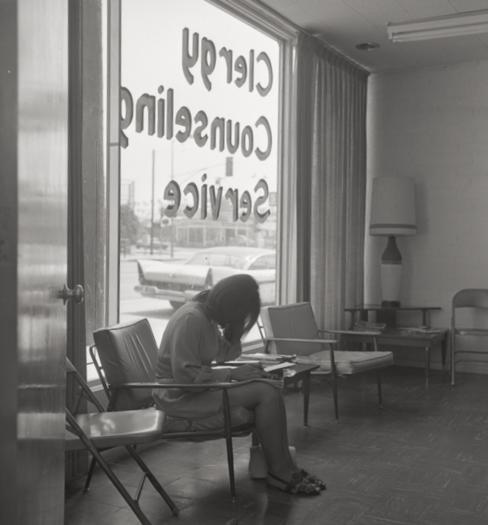 Garota grávida escondendo o rosto enquanto preenche a papelada no centro de acolhimento para aborto, em Los Angeles, Califórnia, 1970