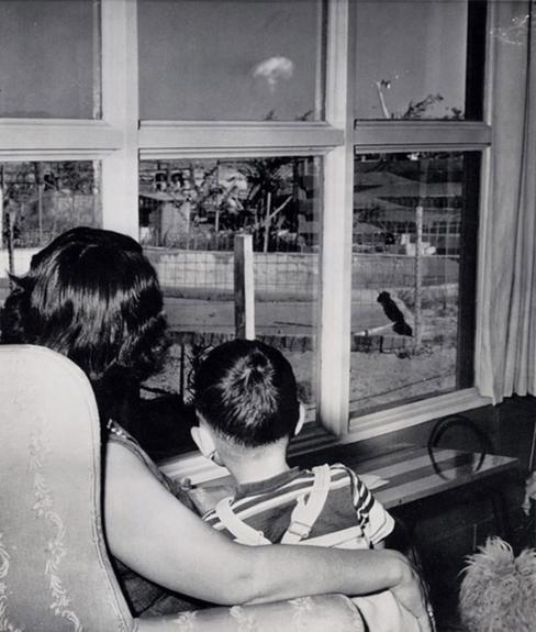 Mãe e filho assistindo a formação da nuvem de cogumelo, após teste atômico, Las Vegas, 1953