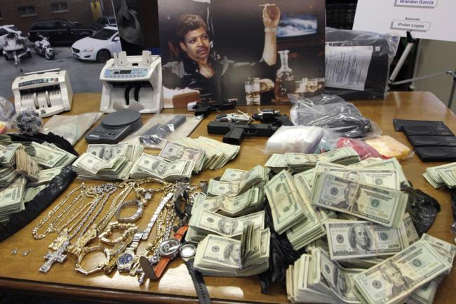 Pertences de um traficante preso em Manhattan, incluindo uma pintura de si mesmo como Scarface