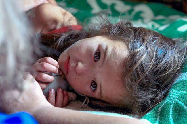 Menina que sobreviveu 11 dias em uma floresta na Sibéria. Sobreviveu comendo frutos silvestres e água do rio antes de ser encontrada por seu cão, que saiu do seu lado para buscar ajuda