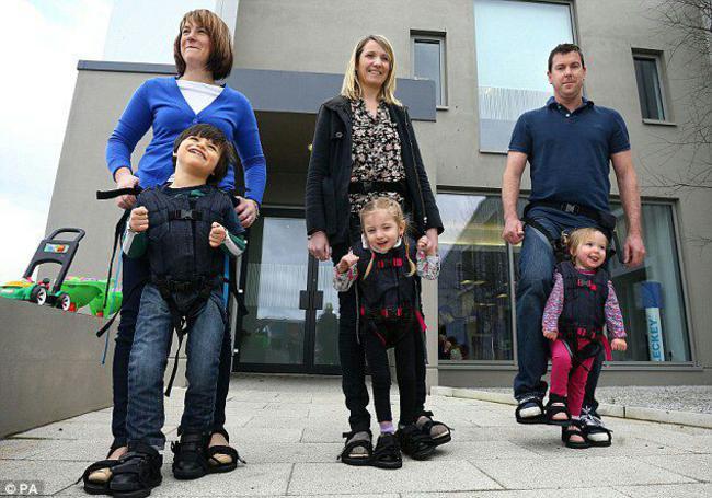 'Andador' inventado por uma mãe que permite que crianças deficientes consigam andar