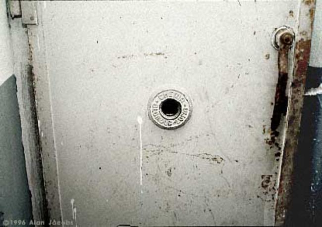 Um olho mágico, através do qual os guardas e convidados podiam acompanhar a agonia das pessoas enquanto morriam numa câmara de gás em Mauthausen