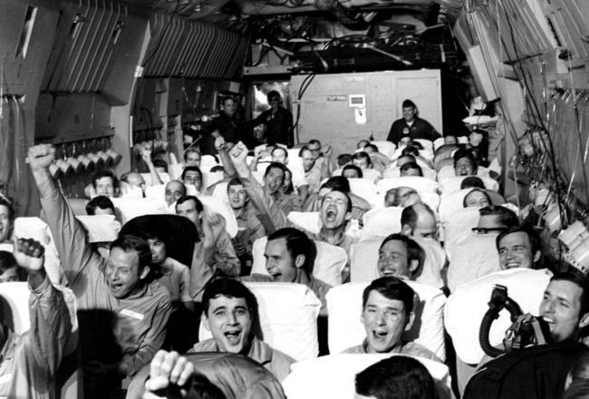 Prisioneiros recém-libertados do Vietnã comemorando o retorno para casa.
