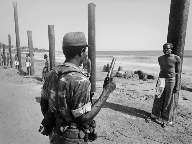 Ministros de Estado em fila para serem executados depois de um golpe de estado na Libéria, em 1980.