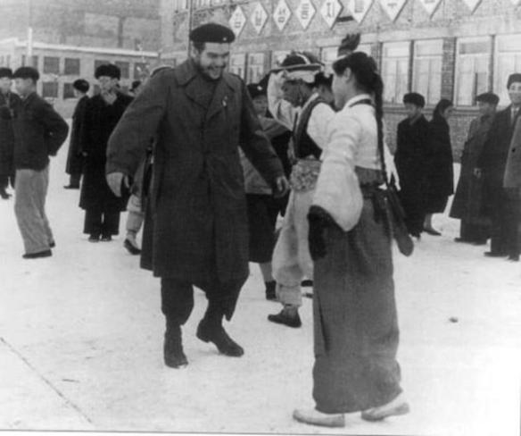 Che Guevara cumprimentando uma mulher na Coreia do Norte.