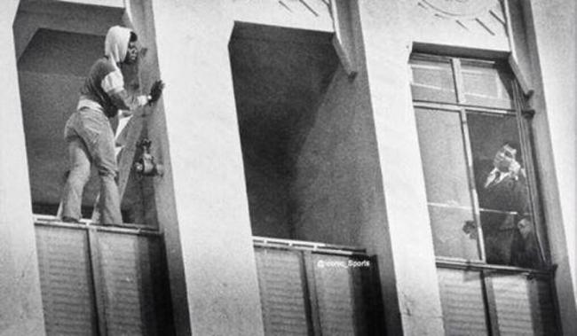 Muhammad Ali tenta convencer suicida de desistir de jogar-se de um prédio em Los Angeles, 1981.
