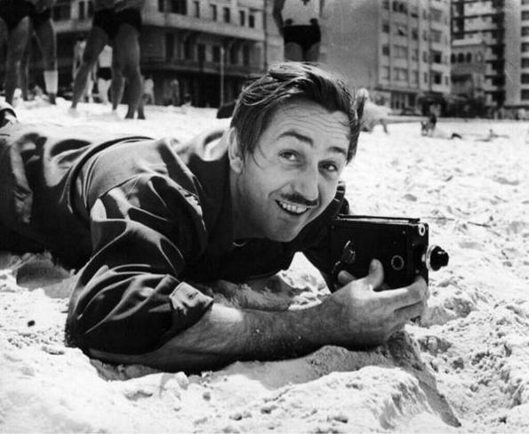 Walt Disney filmando em uma praia no Rio de Janeiro, em 1941.