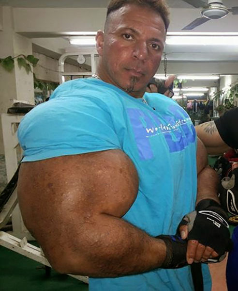 this_guy_has_the_most_gigantic_arm_muscles_ever_640_17