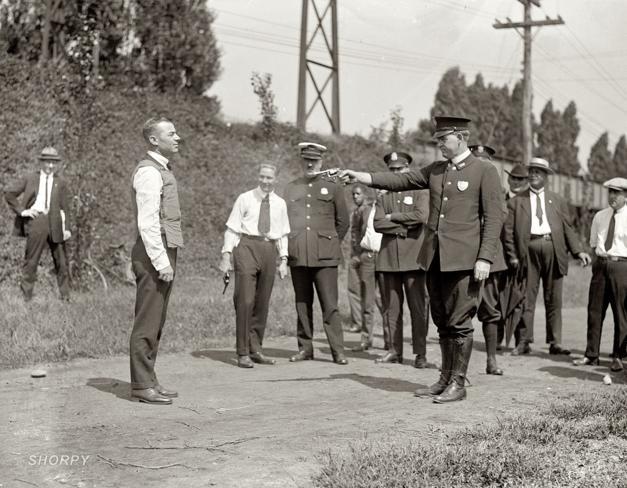 WH Murphy, inventor do colete à prova de balas, testando sua invenção, em 1923.