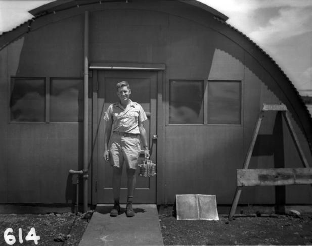 Harold Agnew transportando o núcleo de plutônio da bomba de Nagasaki.