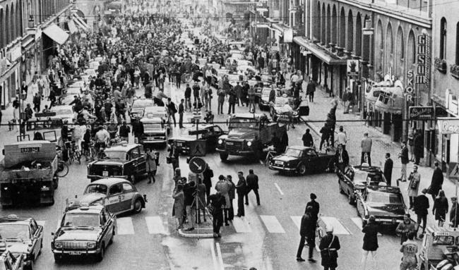 Este foi o tráfego sueco em 1967, quando trocaram a direção do lado esquerdo para o direito.