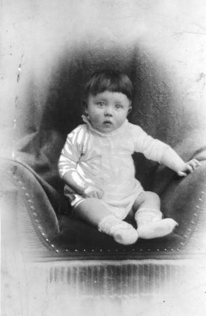 Sabe quem é esta adorável criança? Adolph Hitler.