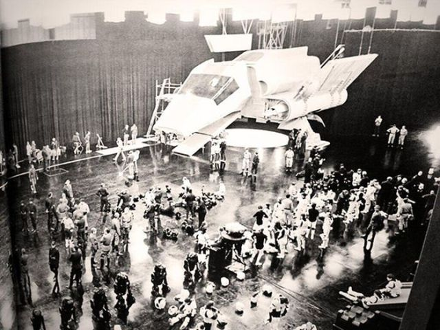 old_set_and_cast_photos_of_the_hit_star_wars_film_return_of_the_jedi_640_29