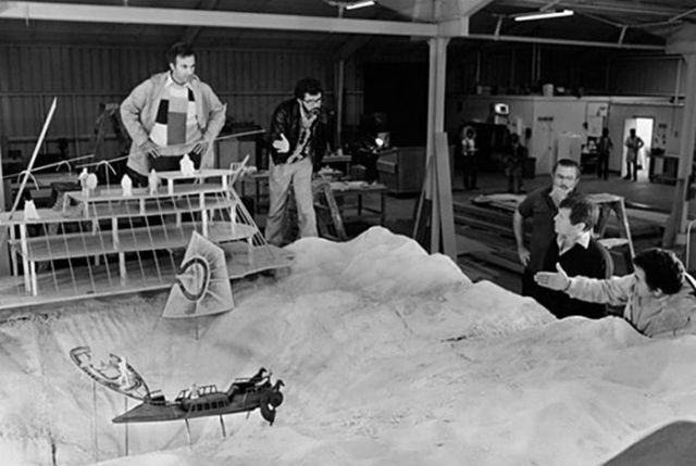 old_set_and_cast_photos_of_the_hit_star_wars_film_return_of_the_jedi_640_43