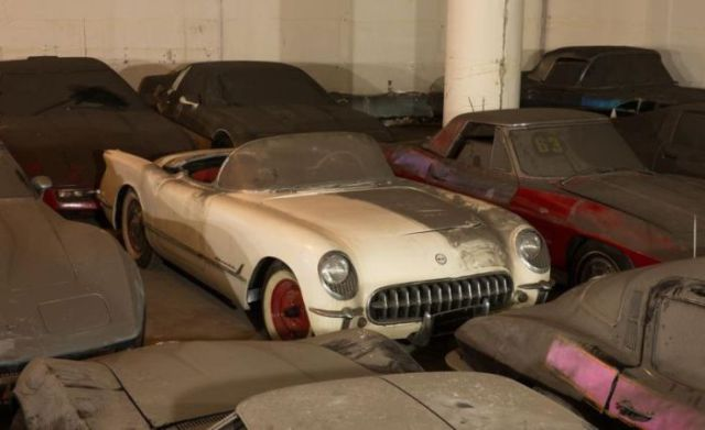 an_old_collection_of_neglected_corvettes_640_04