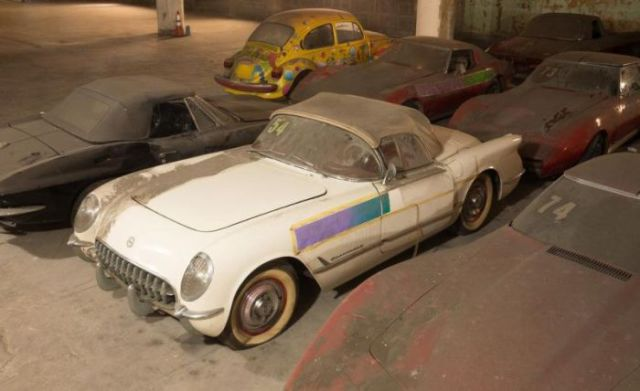 an_old_collection_of_neglected_corvettes_640_05