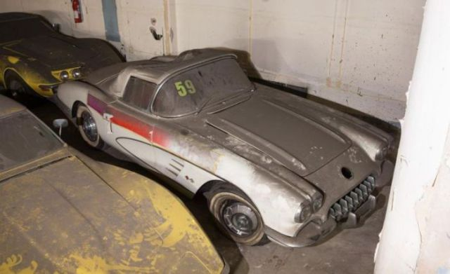 an_old_collection_of_neglected_corvettes_640_11