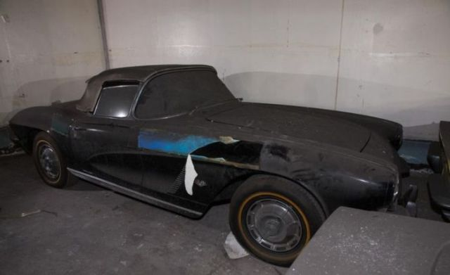 an_old_collection_of_neglected_corvettes_640_14
