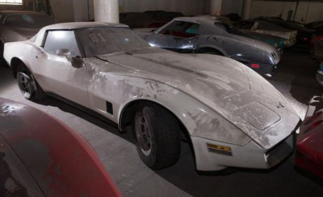 an_old_collection_of_neglected_corvettes_640_36