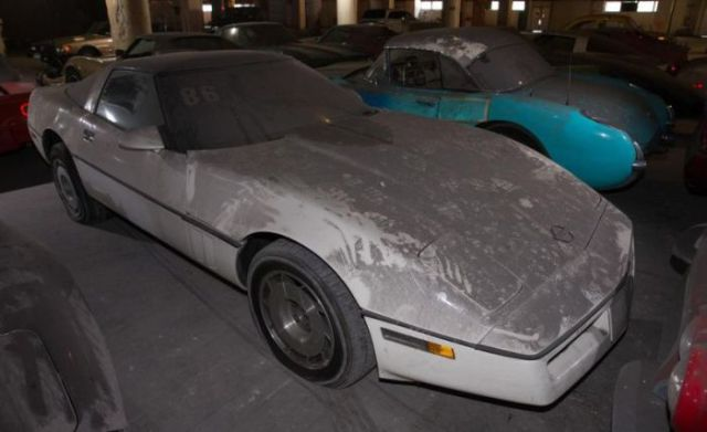an_old_collection_of_neglected_corvettes_640_41
