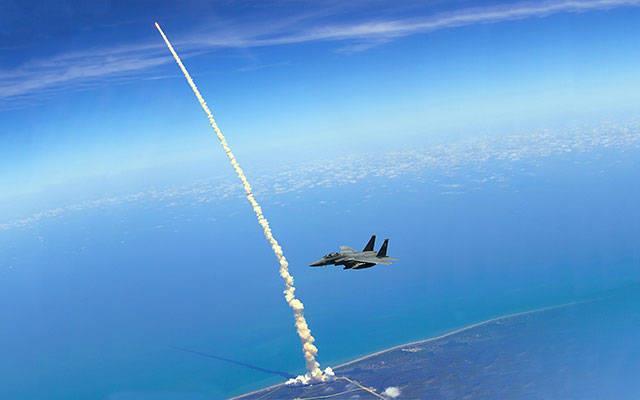 Ônibus espacial sendo lançado e acompanhado por um F-15