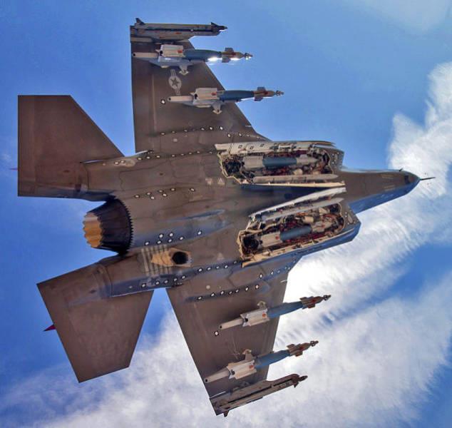 F-35 mostrando todas as suas armas
