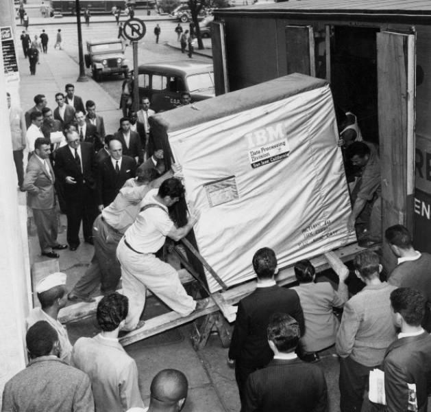 Um disco rígido de 5 Mb sendo retirado do prédio da IBM, em 1956