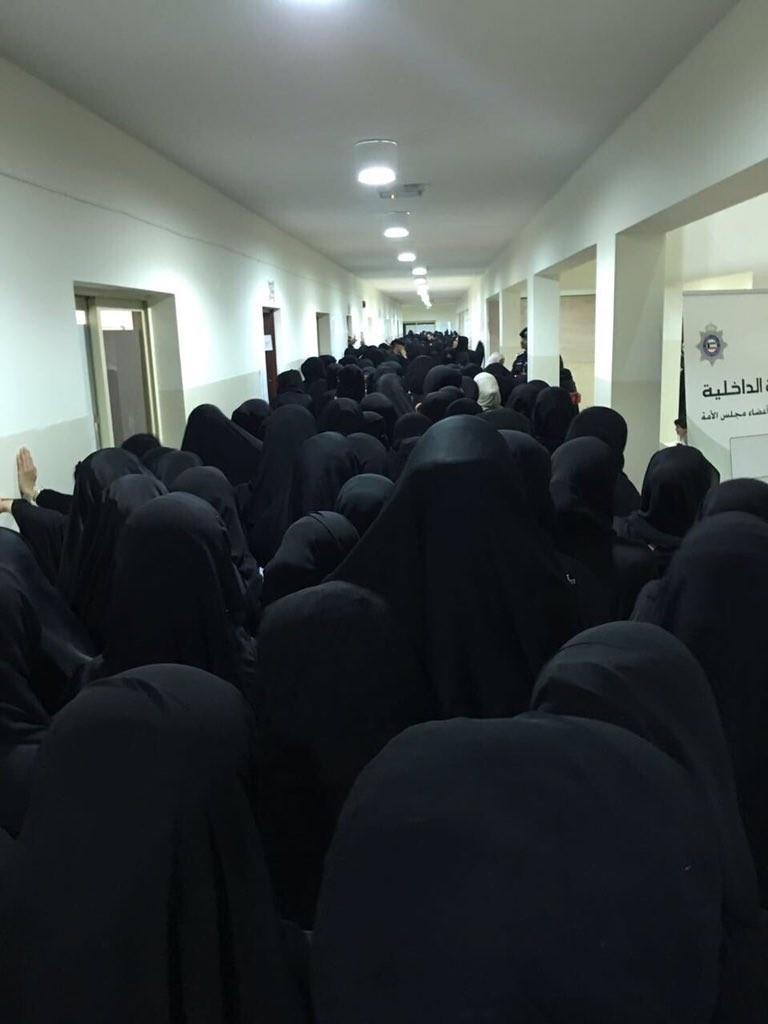 Mulheres no Kuwait à espera de votação