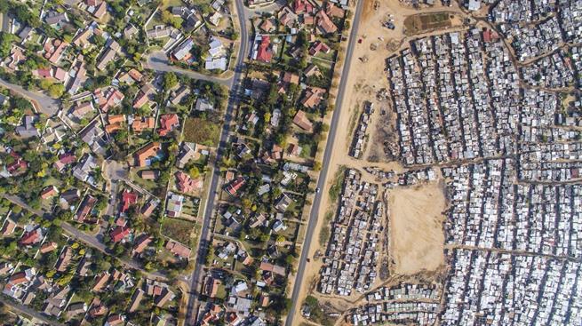 Pobres e ricos na África do Sul separados por uma rua