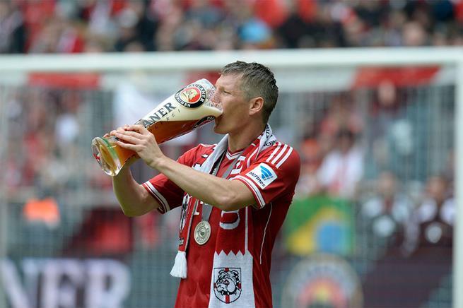 >Em vez de beber Gatorade, é isso que os campeões alemães bebem após um título