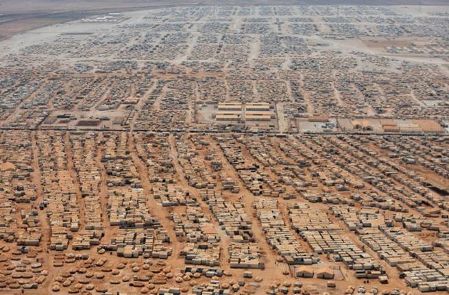 Toda essa área corresponde a um campo de refugiados sírios na Jordânia. Ele foi inaugurado em 28 de julho de 2012 e em 2015 já abrigava mais de 83 mil refugiados