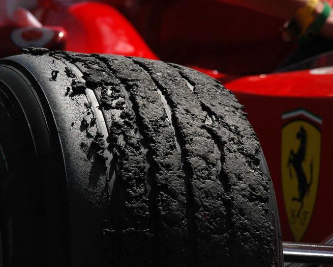 Pneu de uma Ferrari após corrida de Formula 1