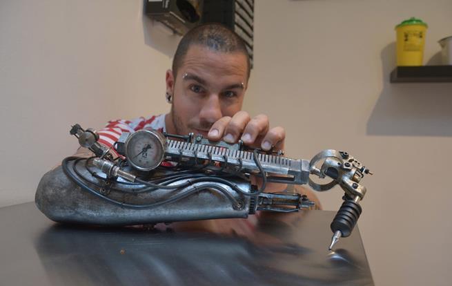 Desde que perdeu o braço, o tatuador JC Sheitan Tenet usa seu braço protético como se fosse uma máquina de tatuagem
