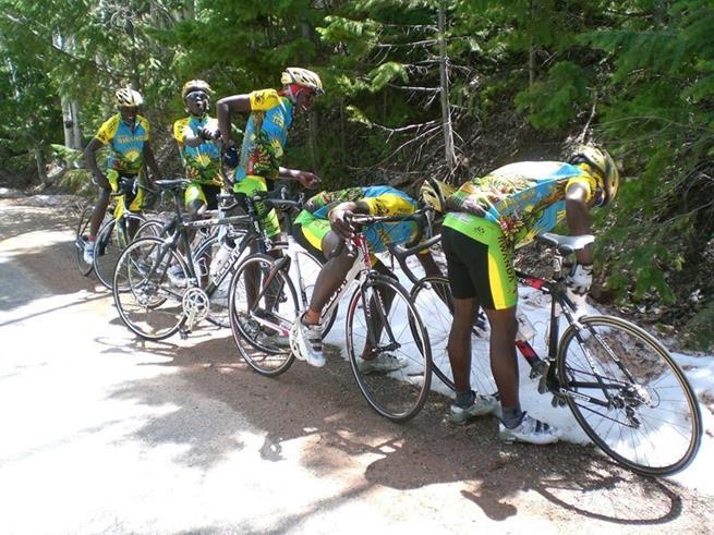 Time de ciclismo de Ruanda dá uma pausa no treino para conhecer a neve