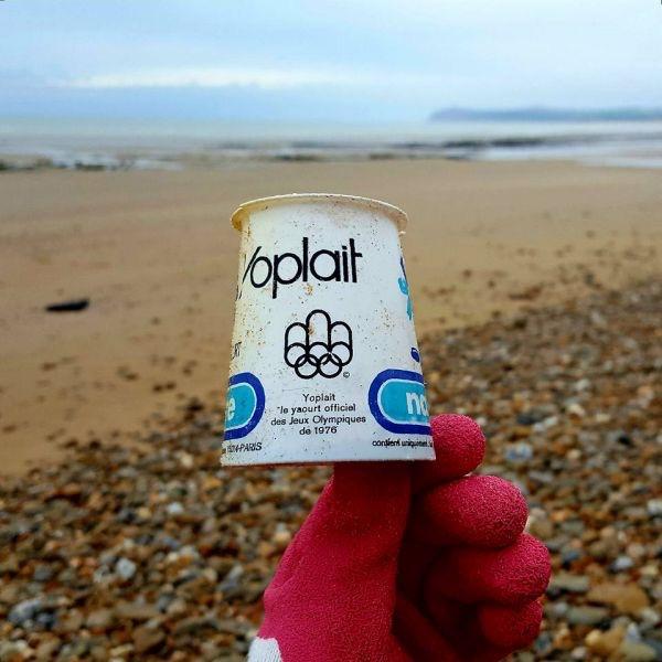 Este pedaço de plástico foi jogado ao mar em 1976, e ainda não se degradou