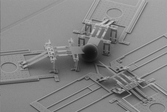 Este é um nanoinjetor, uma máquina microscópica usada para injetar células com DNA