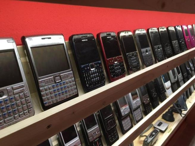 collector_of_mobile_phones_08