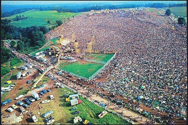 Vista aérea com mais de 400 mil pessoas no Festival de Woodstock, em Nova Iorque, 1969