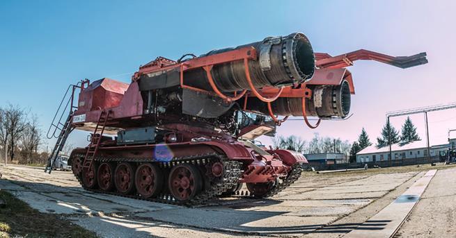 Este é o Big Wind, um tanque T-34 com dois motores de jato MiG-21 usados para apagar incêndios. Atira água na velocidade do som