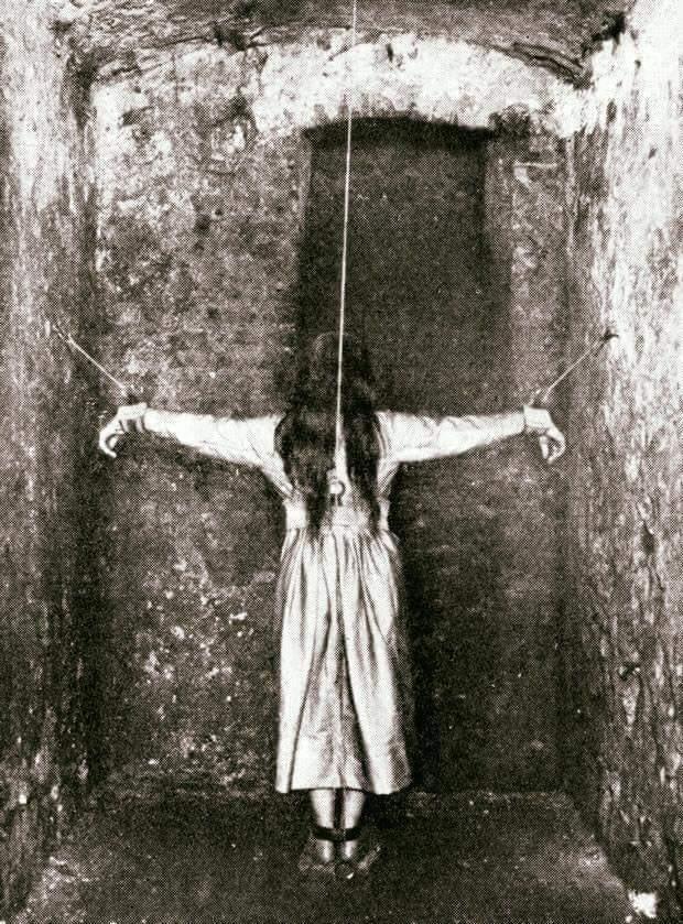 Tratamento dado a pacientes com problemas mentais em instituição do ano de 1890