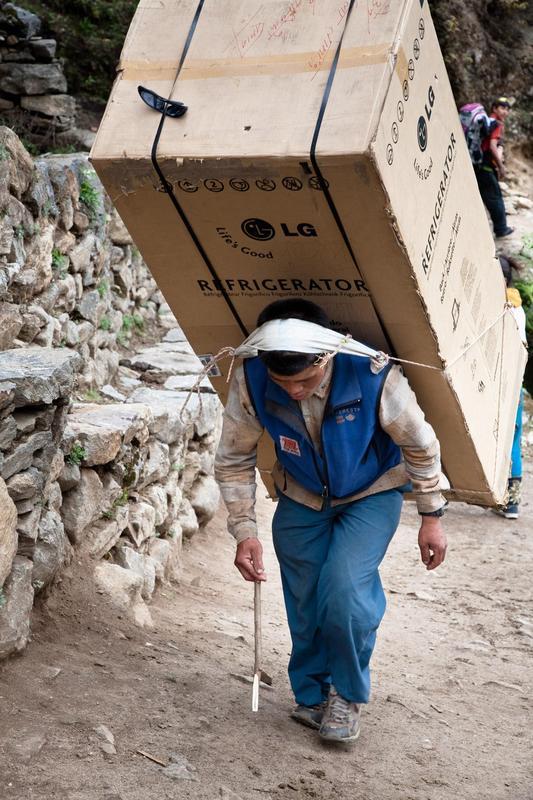 Entregador de geladeira no Nepal