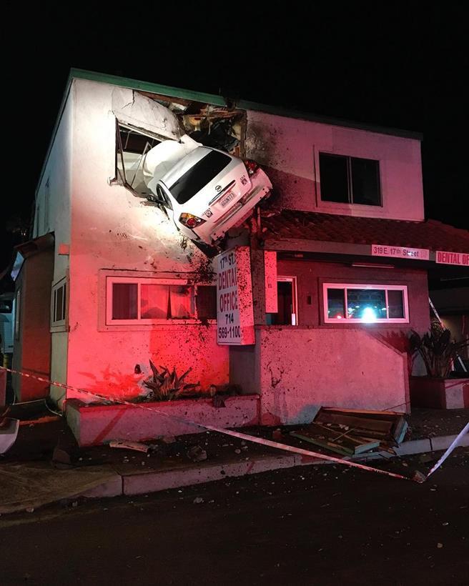Um carro foi parar na parte superior de um prédio comercial em Santa Ana, Califórnia. O motorista meis tarde admitiu o uso de narcóticos