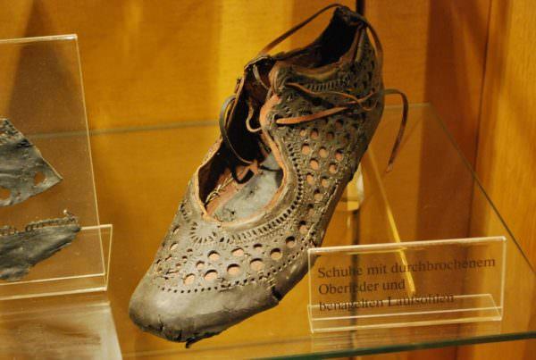 Sapato romano de 2 mil anos encontrado num poço