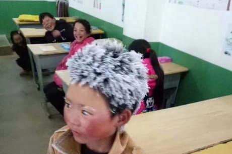 Menino chinês caminha no frio por 4 km até chegar à escola. Isso justifica os cabelos cheios de gelo